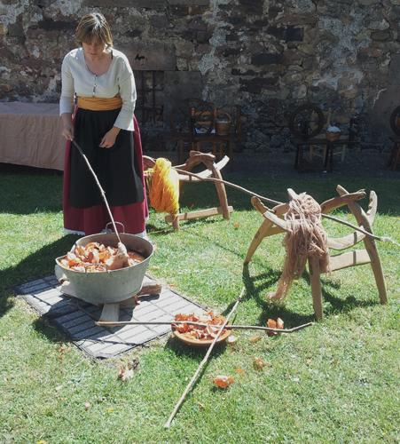 Demostración de teñido  de lana con cebolla