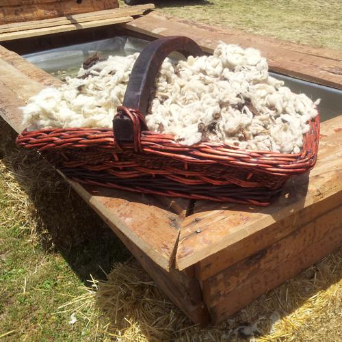 lana apunto de ser lavada en la Fiesta de la Trashumancia de Oncala