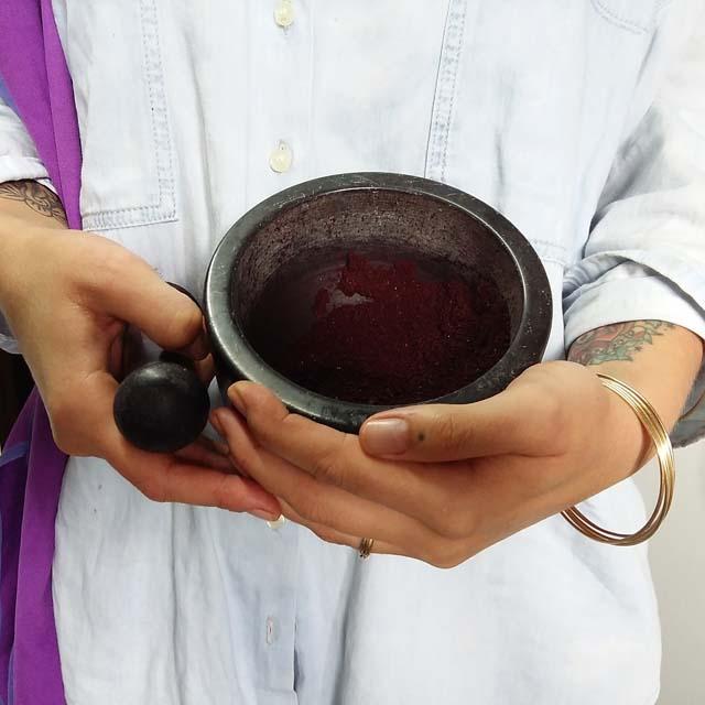 Moliendo Cochinilla Canaria_Curso de Tintes Naturales en Algodón de Mundo Lanar en The Dyer's House