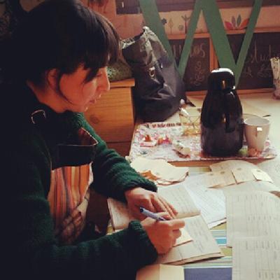 Ana haciendo el muestrario tintóreo