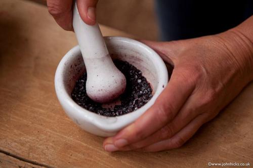 Moliendo la cochinilla