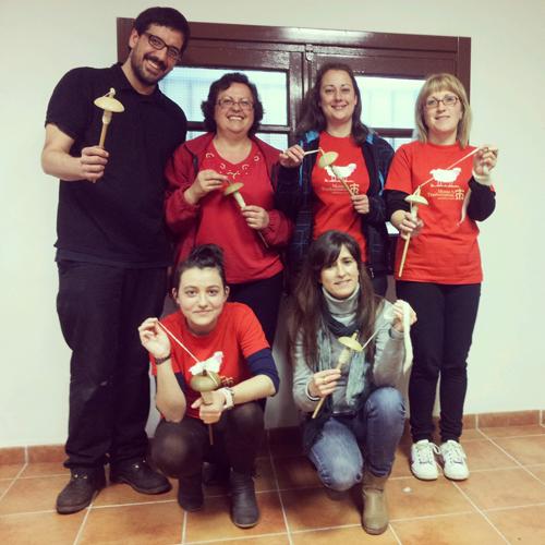Alumnas del taller de hilado con huso