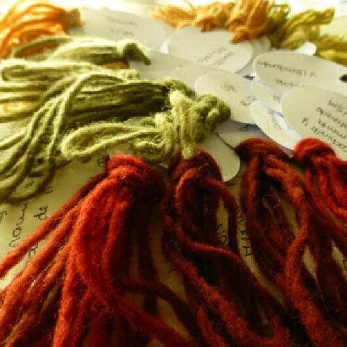 Muestras de lanas teñidas con tintes naturales