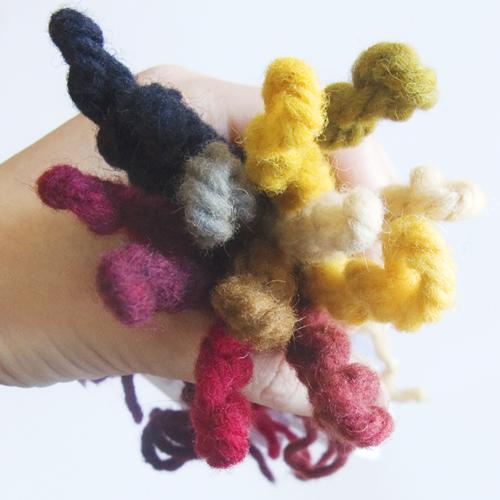 Arcoiris de lanas teñidas con  tintes naturales
