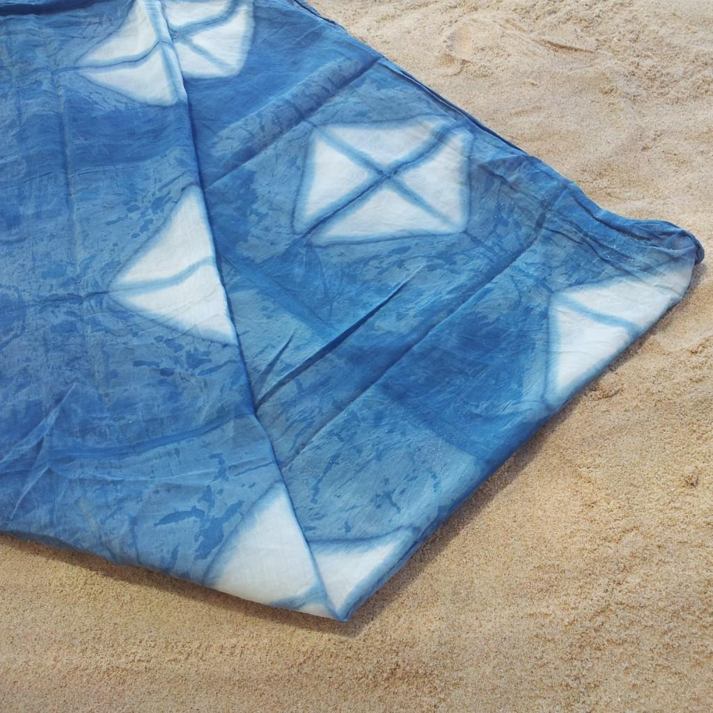 Pañuelo de algodón teñido con índigo biológico_Itajime shibori_The Dyer's House_Escuela de Fibras & Tintes Naturales