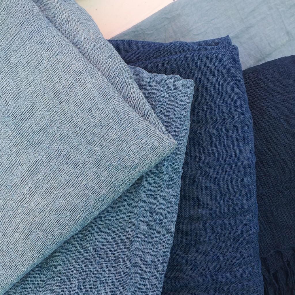Paleta de pañuelos de lino teñidos con índigo biológico_The Dyer's House_Escuela de Fibras & Tintes Naturales